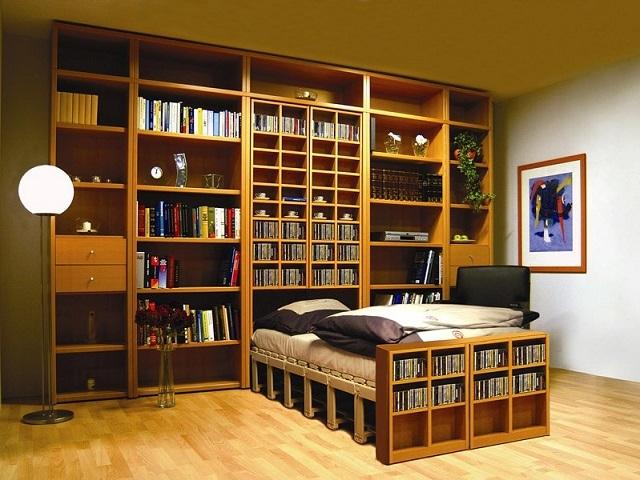 Выдвижная кровать может быть спрятана и в довольно узком пристенном шкафу – если имеет складывающуюся конструкцию по типу «гармошки»