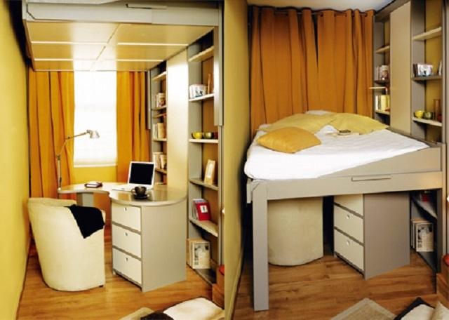 В таком узком помещении кровать, поднимаемая к поверхности потолка – чуть ли ни единственное решение.