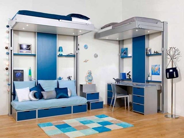 Кровати подняты к потолку – и детям открывается пространство для игр