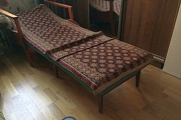 Кресло-кровать старой, очень распространенной когда-то конструкции. Не слишком удобно, но иногда без такого трансформера было не обойтись.