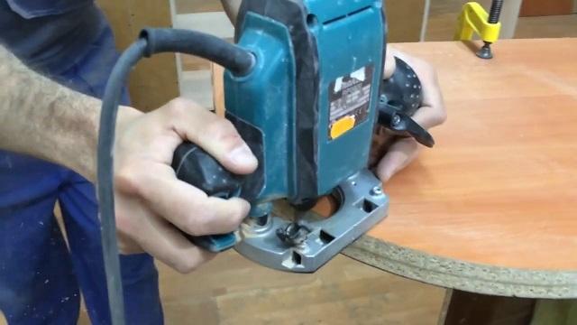 Обработка фигурной детали, имеющей криволинейные формы, с помощью ручного фрезера.