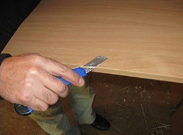 Обрезка тонких выступающих участков наклеенной ленты