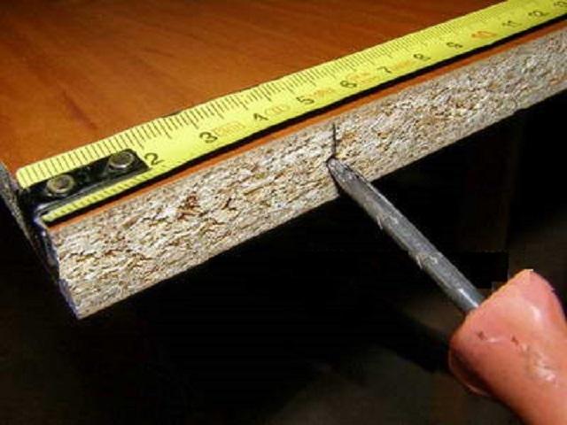 После разметки центров отверстий их можно дополнительно наметить, наколов толстым шилом.