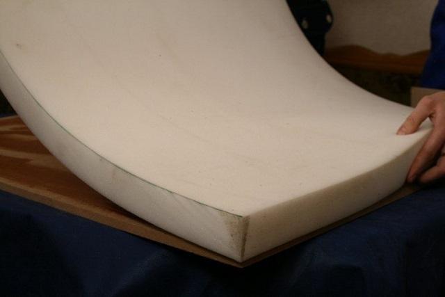 Поролоновый лист укладывается на промазанную клеем поверхность детали