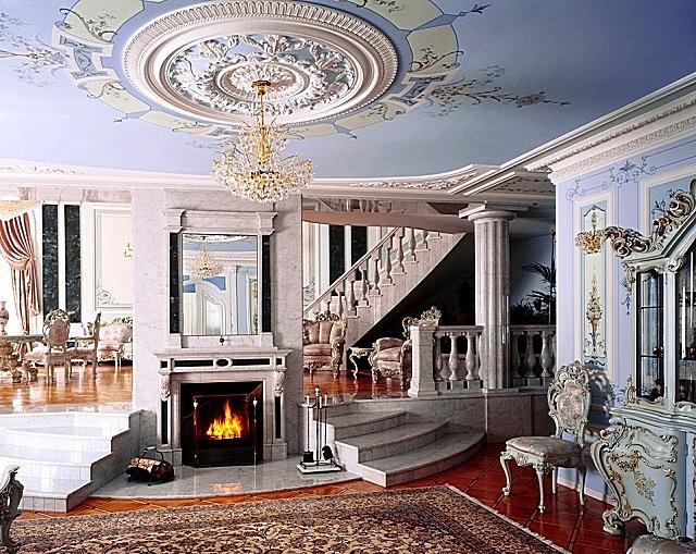 В стиле «классицизм» лепнина часто используется в комплексе с росписью стен.