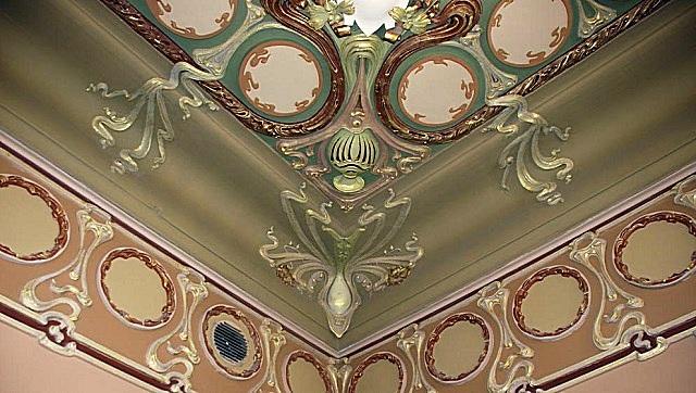 Обрамление потолочной поверхности и стен лепниной в стиле «модерн».