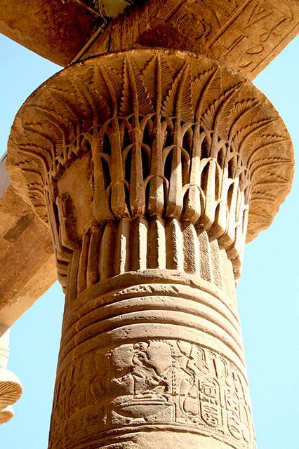 Сохранившиеся за прошедшие тысячелетия древнеегипетские лепные украшения дворцов и храмов до сих пор поражают своей изысканностью