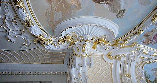 Обязательным атрибутом «ампира» являются светлые потолки, украшенные лепными рельефами.