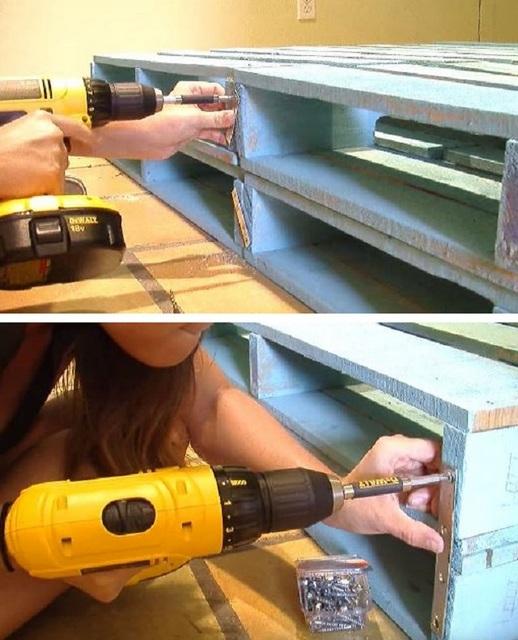 Скрепление паллет металлическими накладками, которые фиксируются саморезами.