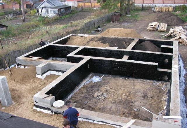 Ленточный фундамент под одноэтажный дом. При желании можно продумать и наличие цокольных подсобных помещений.