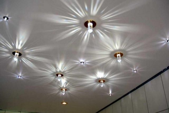 Хозяева квартиры могут выбрать и совершенно произвольную схему расстановки осветительных приборов на натяжном потолке. Главное, чтобы она их действительно устраивала, подчинялась какой-то им понятной логике, не превращалась в никому не нужное нагромождение светильников.