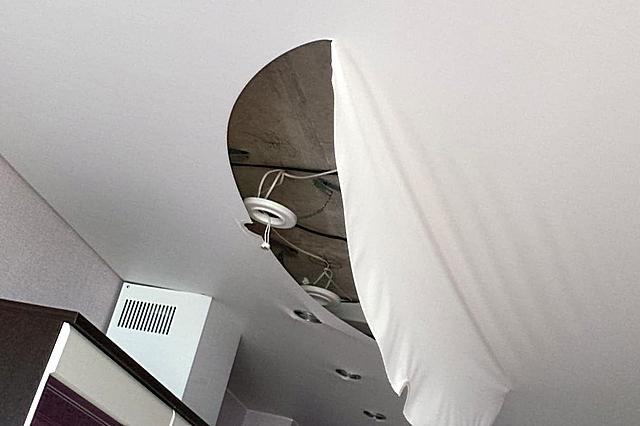 Любое отверстие в натяжном потолке – это снижение общих прочностных характеристик. И разрывы обычно приходятся именно на участки установки светильников.