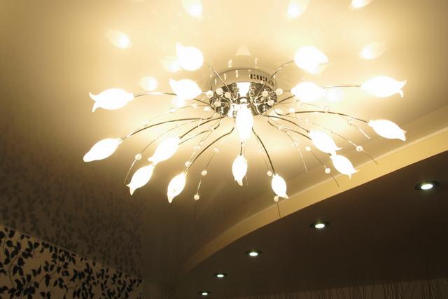 Оригинальная люстра, как прибор основного освещения в комнате с натяжным потолком