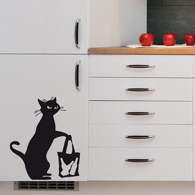 Кухонный шкаф, украшенный трафаретным рисунком.