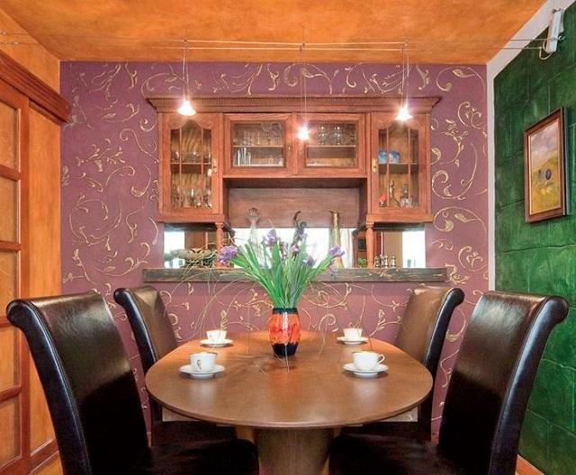 Стена столовой, декорированная объемным трафаретным рисунком.