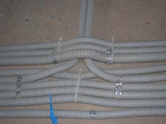 Подготовка скрытой электропроводки по полу к последующей укладке стяжки