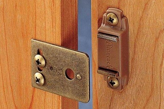 Простейший магнитный фиксатор двери пассивного действия