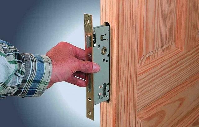 Для врезного замка требуется куда более высокий и глубокий паз — это, в принципе, и является основной сложностью монтажа.