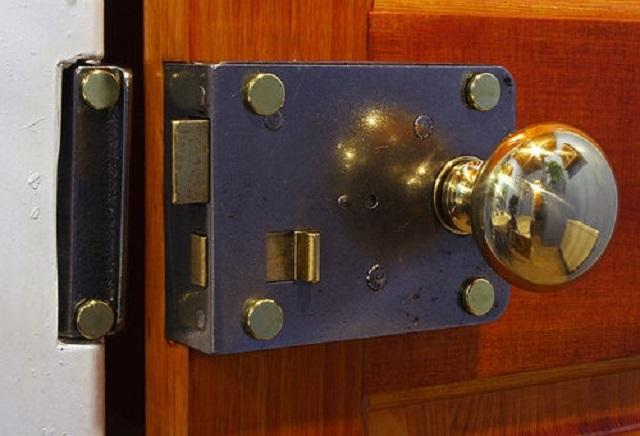 Накладной замок – прост в установке, так как требует минимальной выборки древесины из дверного полотна.