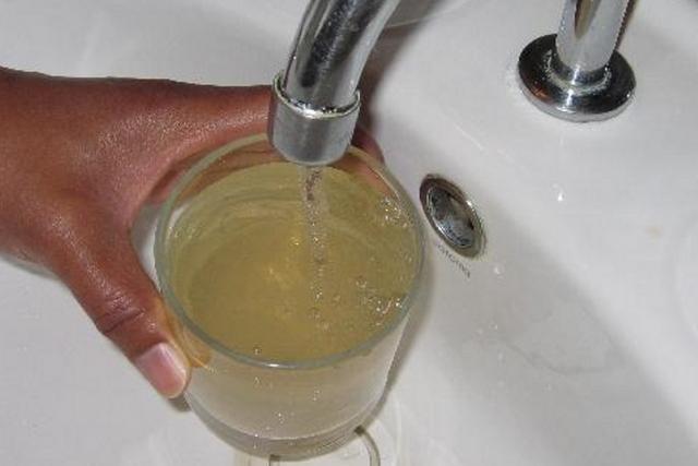 Ржавая вода из крана в городской квартире – это, скорее всего, результат изношенности водопроводной системы. Но если такая картина при заборе из скважины – хозяевам надо срочно принимать меры!