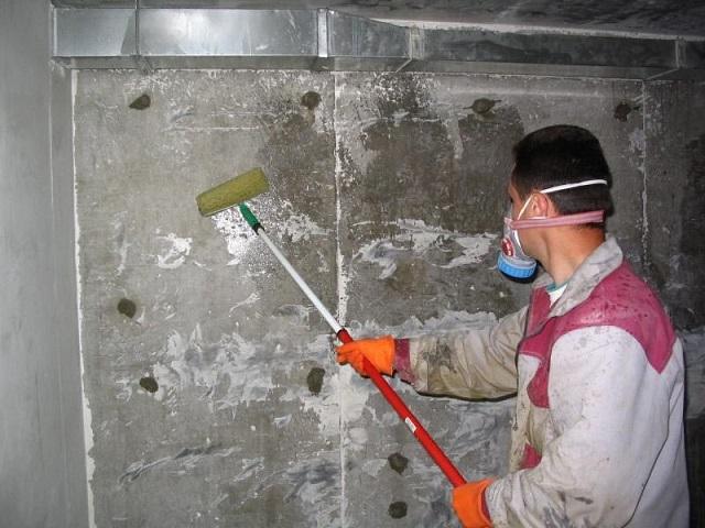 Обработка стен антисептиком. Проводить такое грунтование нужно обязательно, даже если стены в момент проведения ремонта совершенно чистые, не пораженные плесенью.
