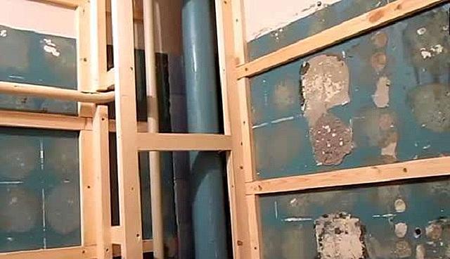 Обрешетка на стенах под закрепления панелей из пластика.