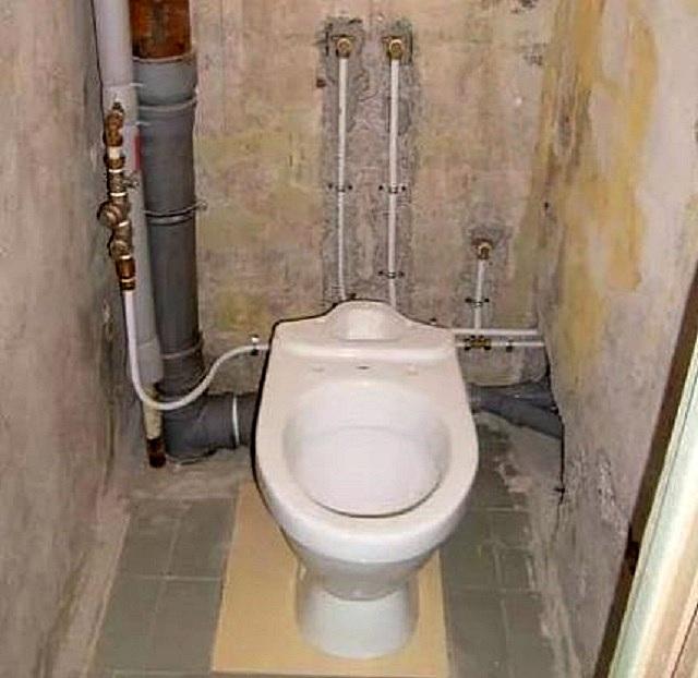 Самый простой для маскировки вариант расположения разводки водопроводных и канализационных труб – все коммуникации находятся вдоль одной стены