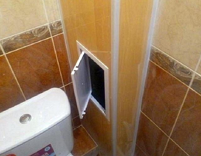 На иллюстрации представлено комплексное использование двух материалов. Как видно, стены туалета облицованы керамической плиткой, а короб закрыт пластиковыми панелями.