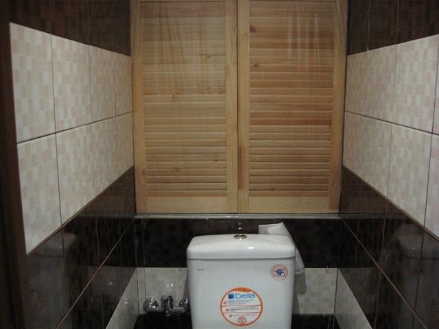 Деревянные дверцы сантехнического шкафа.