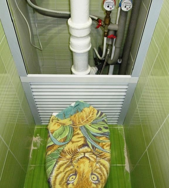 Рольставни отлично подходят для маскировки труб, расположенных вдоль одной задней стены туалета.