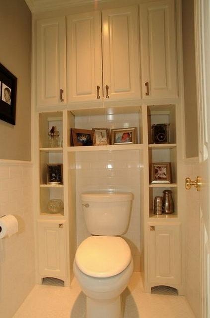 Встраиваемый шкаф - не только маскировка, но и масса пространства для хранения хозяйственных мелочей.