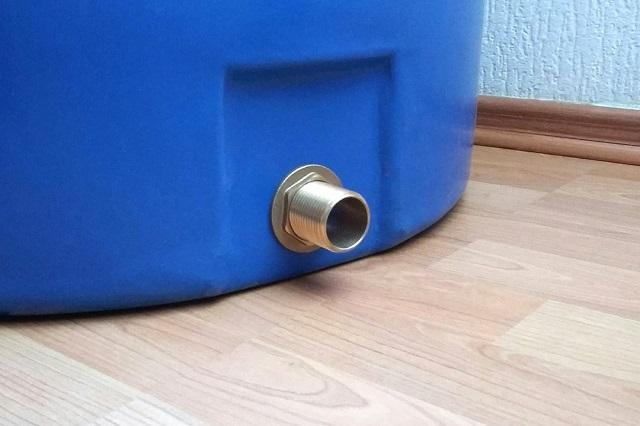 Штуцеры, врезаемые в резервуар, могут быть изготовлены из металла или пластика. Латунным, конечно, следует отдать предпочтение.
