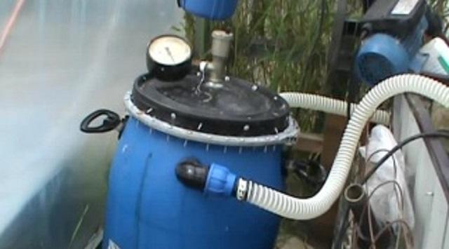 Закрепление на емкости крышки с манометром и предохранительным клапаном, подключение шлангов.