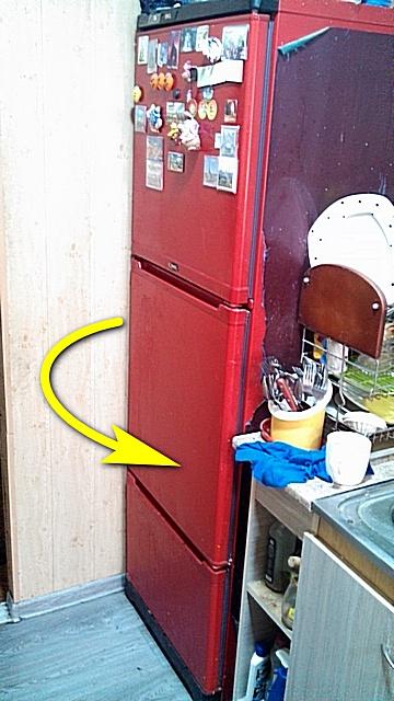 Холодильник утром в день работы в исходном положении — пока еще со старыми уплотнителями, и с дверцами, открывающимися в направлении стрелки.
