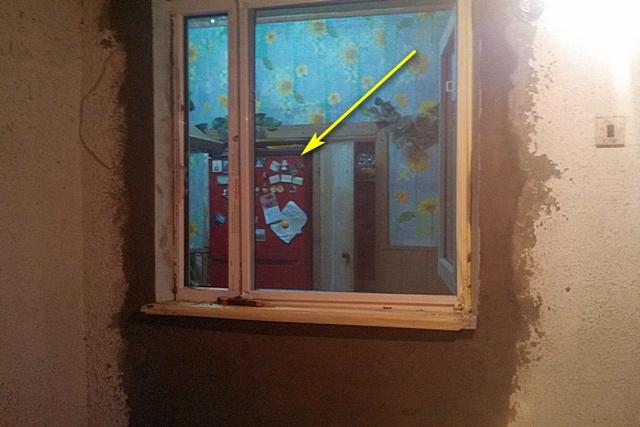 Единственная, к сожалению, нашедшаяся фотография, показывающая, как стоял холодильник раньше. Сделана на ранней стадии проводимого в кухне ремонта – после установки окна на веранду.