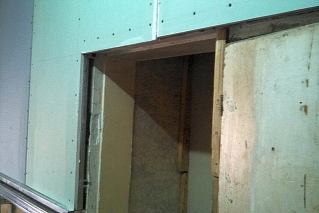 В этой нише ранее стоял холодильник – она была переделана под шкаф. Снимок сделан на этапе выравнивания стен гипсокартоном.