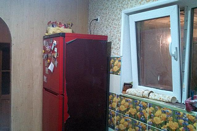 Фотография времен ремонта – холодильник встал на свое место. Так как ранее он размещался, спрятанным в нишу, на одной из сторон даже сохранилась заводская упаковочная пленка.