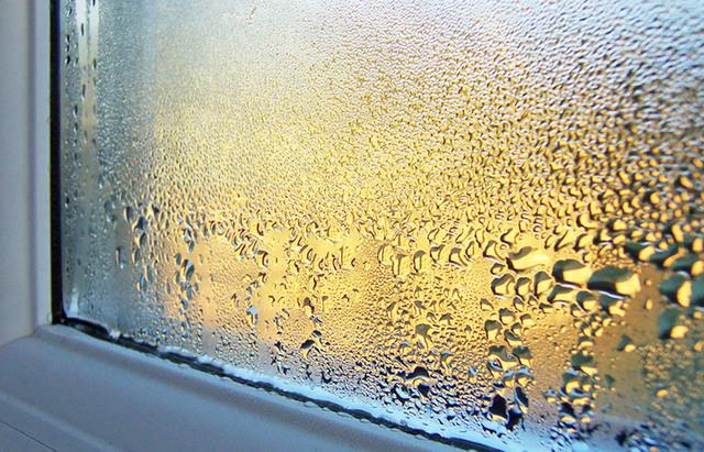 Постоянно запотевшие окна – это явный признак повышенной влажности. Надо принимать меры!