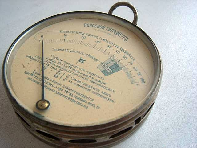 Год выпуска не указан, но, судя по шрифту и тексту, этот антикварный волосяной гигрометр увидел свет еще до революции 1917 года.