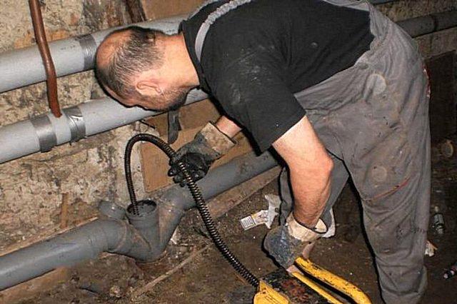 Как убрать засор в канализационной трубе своими руками