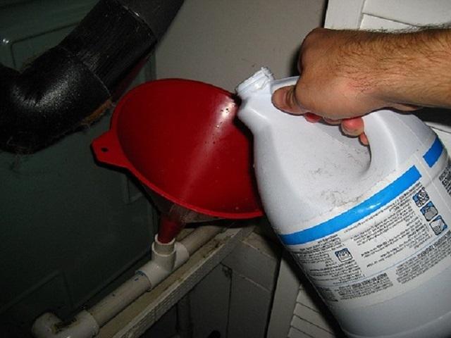 Жидкие растворы, предназначенные для очистки труб, как правило, просто заливаются в сливное отверстие.