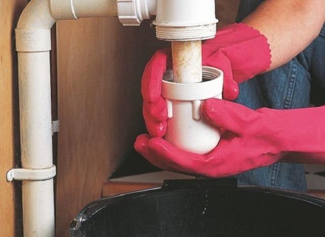 Сифон следует демонтировать, тщательно очистить от скопившейся в нем грязи, а затем – промыть.