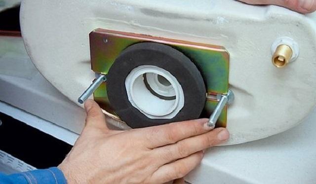 Прокладка может надеваться на выступающий патрубок сливного клапана бачка.