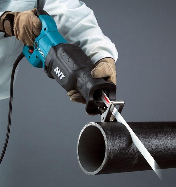 Сабельная пила с также может применяться в качестве трубореза. Особо это бывает актуально для пластиковых труб большого диаметра.