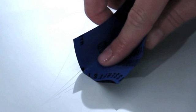 Зашлифовка царапин с помощью наждачной бумаги с мелким абразивом