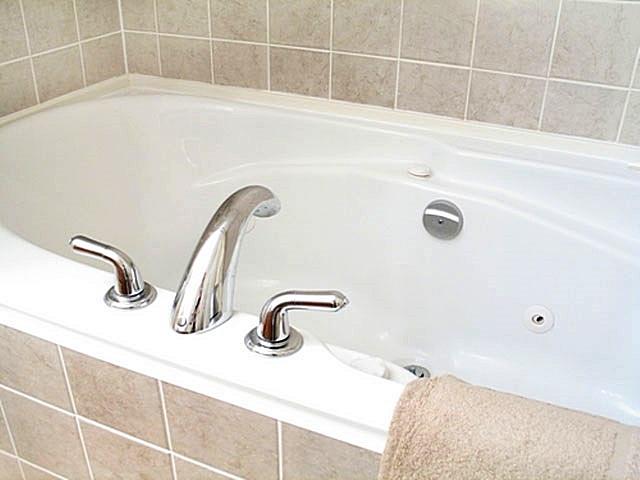 Явное достоинство акриловых ванны — они отлично смотрятся в сочетании с любой отделкой помещения.