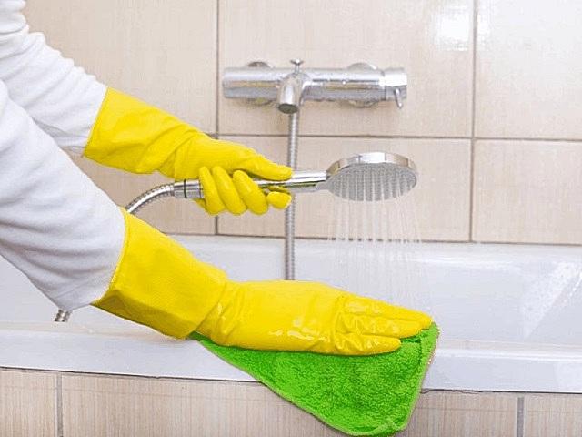 Очистка акриловой ванны махровой салфеткой и тёплой водой.