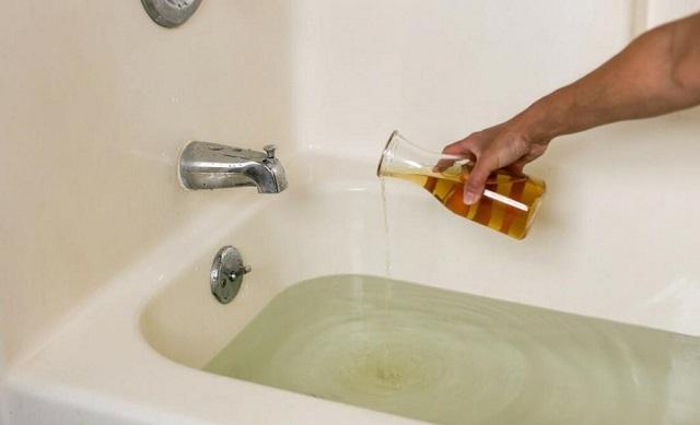 Очистка или отбеливание ванны лимонной кислотой.