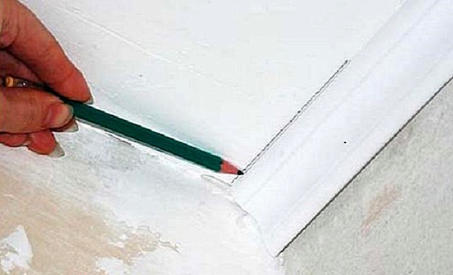 Линия разметки по первому приложенному к углу плинтусу.
