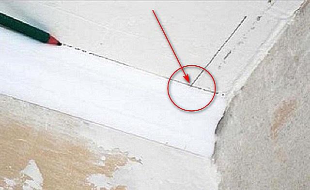 Вторая линия даст точку пересечения с первой. От этой точки к точке угла и будут намечаться линии реза.